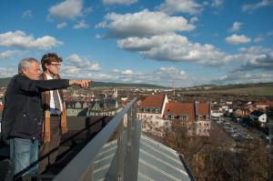 Prof. Stamm-Teske zeigt Prof. Lütke Daldrup bereits Realisiertes und noch Geplantes im Projekt 'Grüne Mitte' in Saalfeld