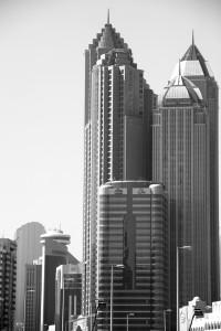 Blick auf den Aliya Tower an der Khalifa Street und das Hotel Sofitel Abu Dhabi Corniche.
