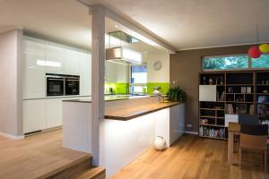 Ansicht der Leicht-Küche mit Öffnung zum Wohn-/ Essbereich
