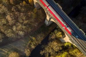 Regionalbahn der Deutschen Bahn auf der Sechsbogenbrücke bei Weimar.